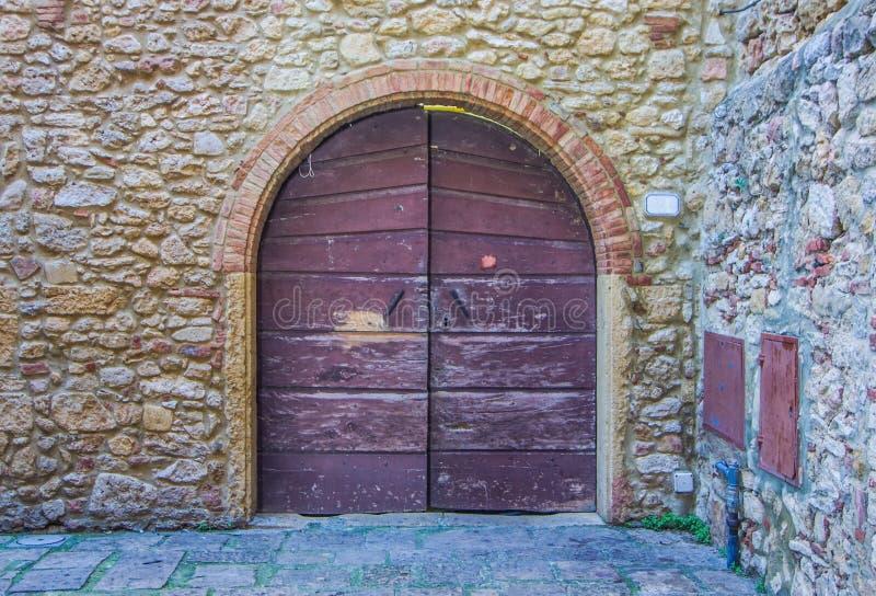 Drzwi z drewnianym łękowatym rzemiosłem antyczny budynek obraz royalty free