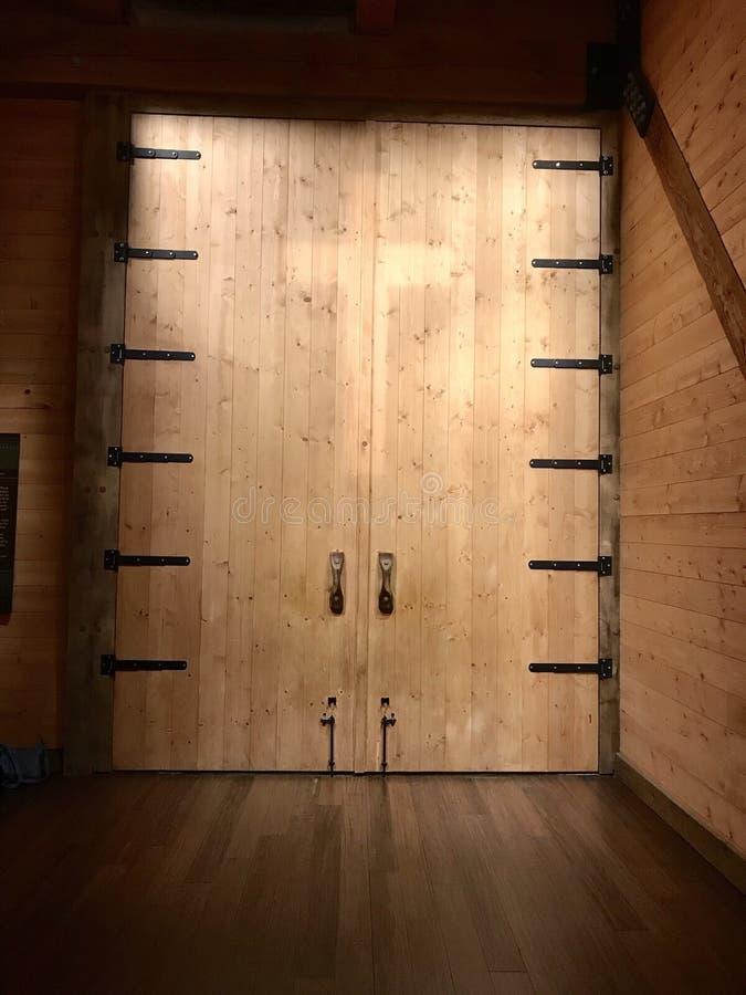 Drzwi Z krzyżem na arce przy arki spotkania parkiem tematycznym obrazy stock