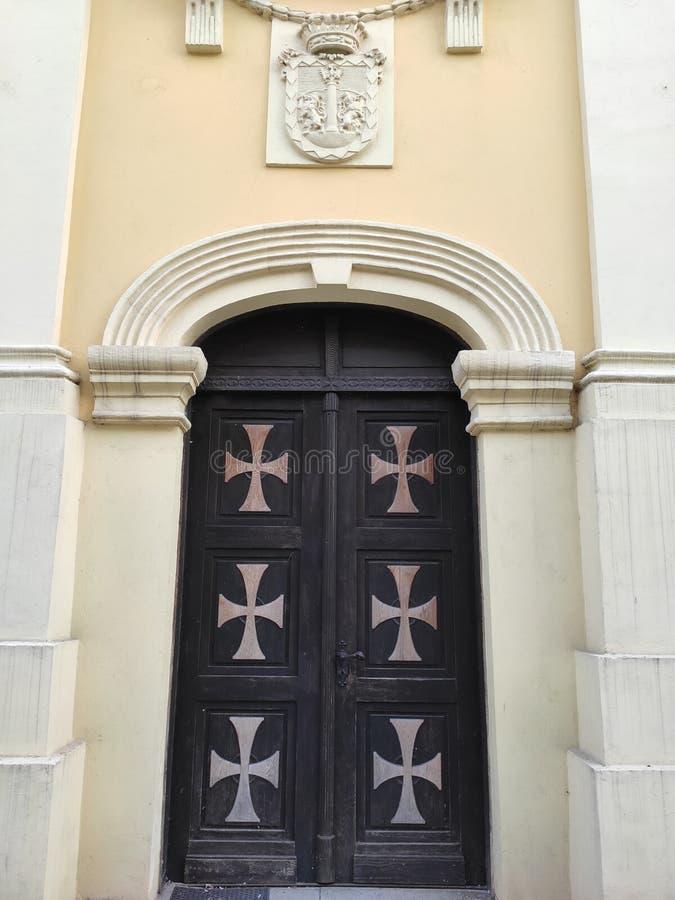Drzwi z krzyżykami w Ruma Serbia zdjęcia stock