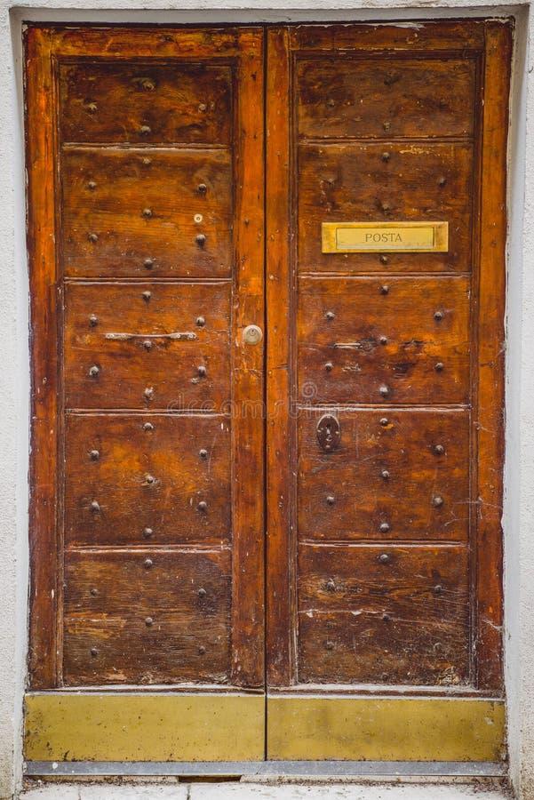 Drzwi z poczty signboard w Orvieto, Rzym fotografia stock