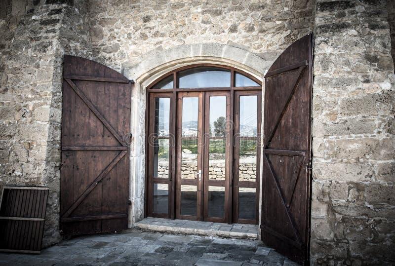 Drzwi z zamykający w starym kamiennym budynku obrazy stock