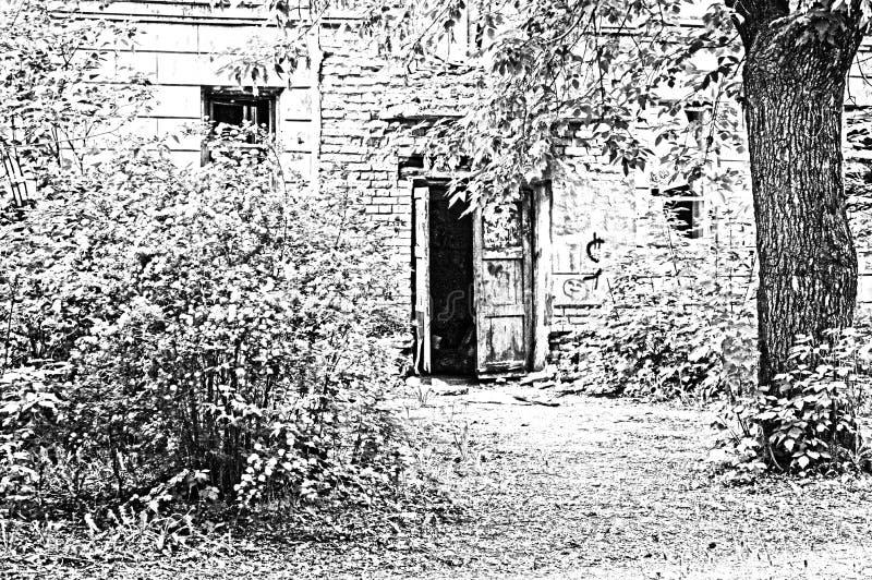 Drzwi zaniechany dom, stoi w zwartych gąszczach obrazy royalty free
