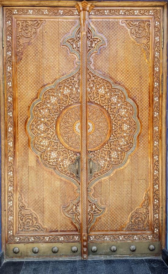 drzwi zrobi w tradycyjnym uzbeka stylu z rzeźbiącym kwiecistym ornamentem zdjęcie stock