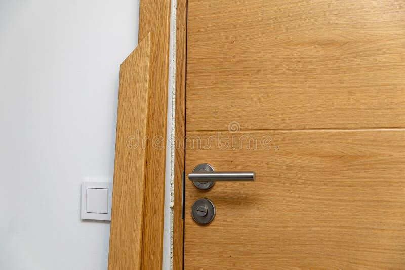 Drzwiowa architraw instalacja obrazy stock