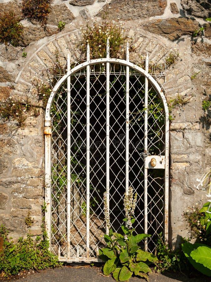 Drzwiowa i kamienna ściana na deptaku Clair De Lune w Dinard obraz stock