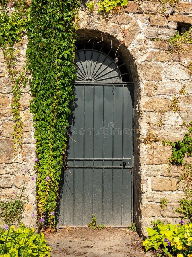 Drzwiowa i kamienna ściana na deptaku Clair De Lune w Dinard fotografia royalty free