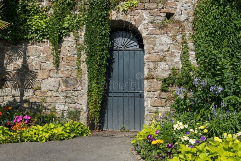 Drzwiowa i kamienna ściana na deptaku Clair De Lune w Dinard zdjęcie stock