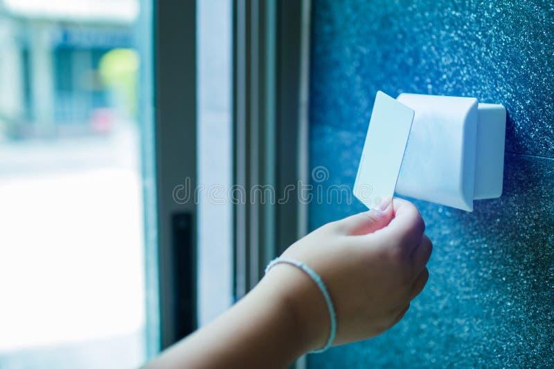 Drzwiowa kontrola dost?pu chłopiec trzyma kluczową kartę blokować w domu kondominium i otwierać drzwi lub obraz royalty free