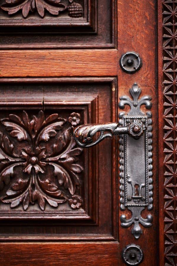 Drzwiowa rękojeść na antykwarskim drewnianym drzwi fotografia royalty free