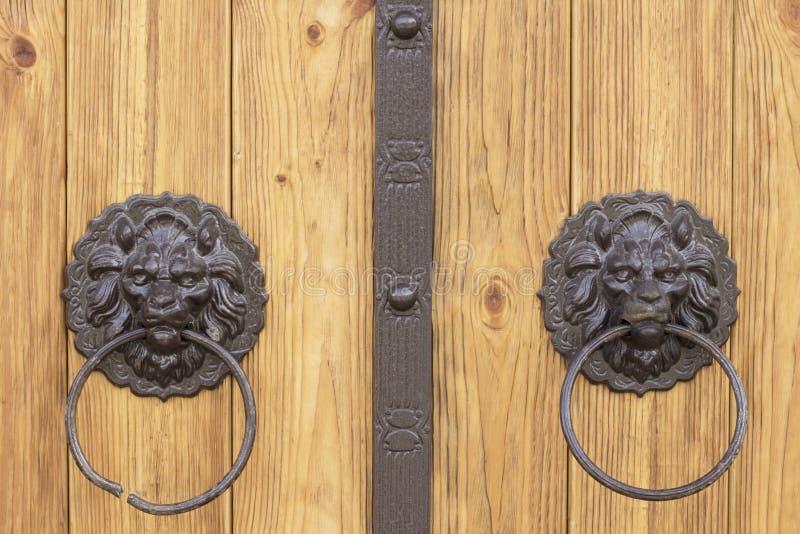 Drzwiowe rękojeści w formie lwa ` s przewodzą zdjęcia stock