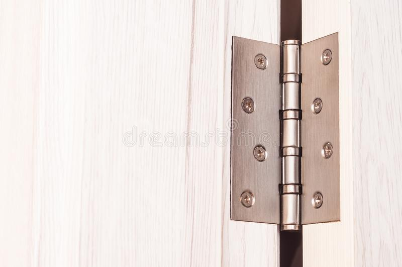 Drzwiowi zawiasy Zawiasy dla drewnianych drzwi w wnętrzu fotografia royalty free