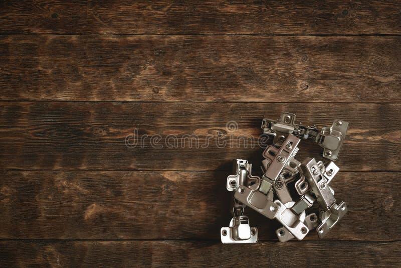 Drzwiowi zawiasy na drewnianym stołowym tle zdjęcie stock
