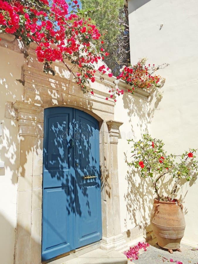 Drzwiowy achitecture szczegół w hotelowym buduje Grecja obraz stock