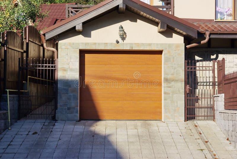 drzwiowy garaż zdjęcia royalty free