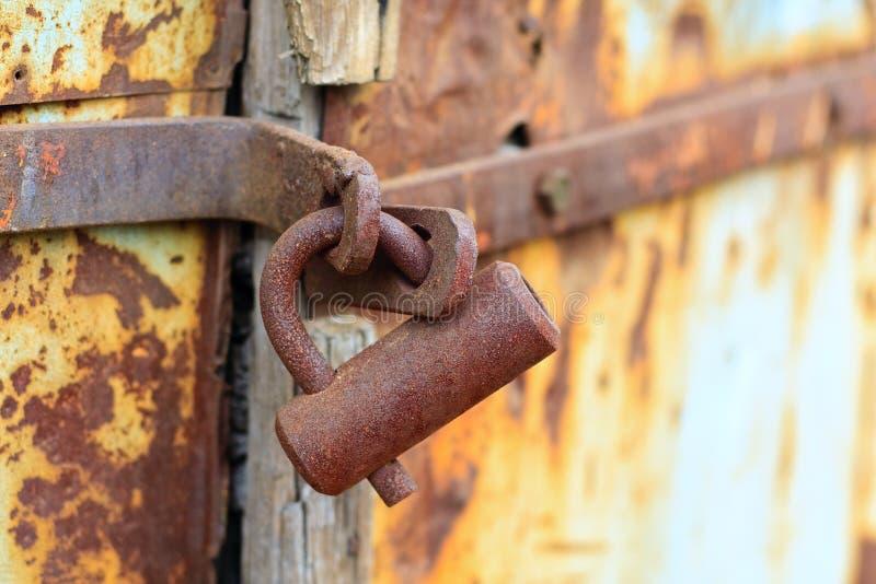 drzwiowy kędziorek rdzewiejący wietrzejącym zdjęcie royalty free