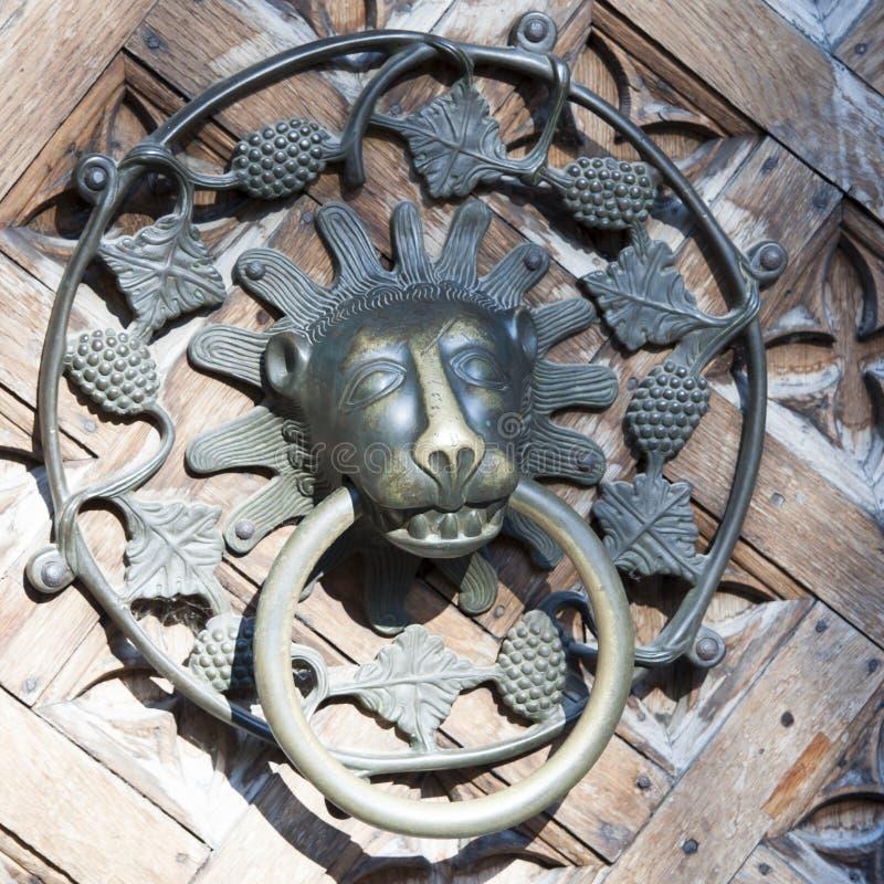 Drzwiowy Knocker na Średniowiecznym wejściowego drzwi Malbork kasztelu, Polska zdjęcie royalty free