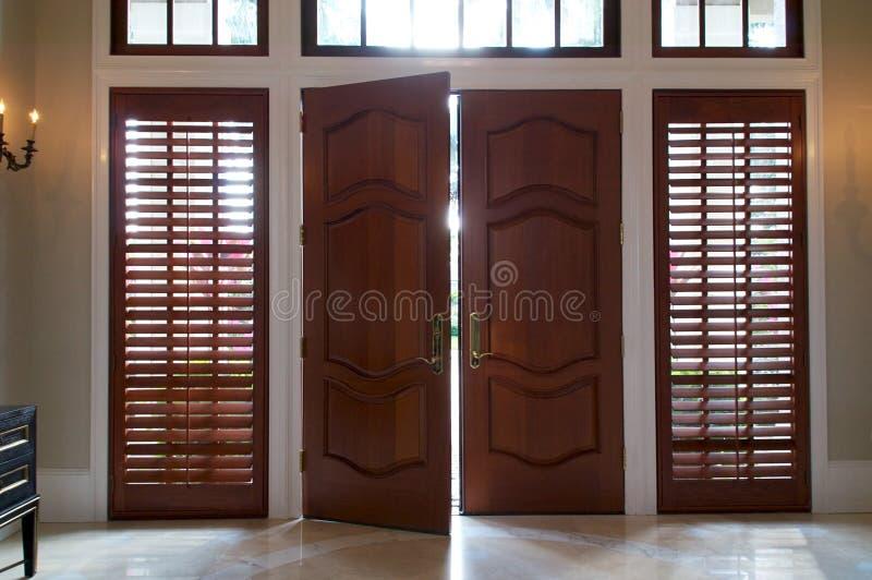 Drzwiowy odchylony z lekkim jaśnieniem wewnątrz obraz stock