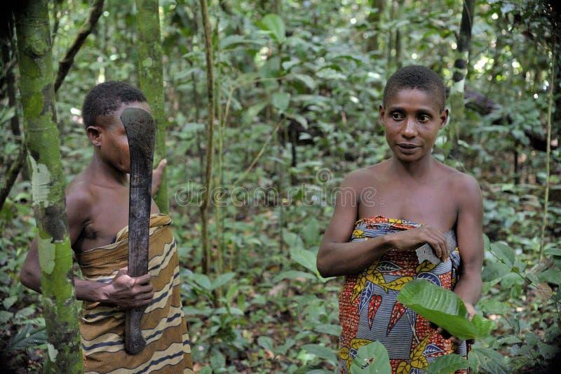 Dschungel-Porträt einer Frau von einem Baka-Stamm von Pygmäen stockfotografie