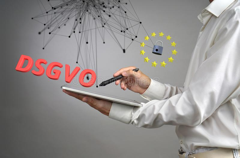 DSGVO, γερμανική εκδοχή GDPR Γενική έννοια κανονισμού προστασίας δεδομένων, η προστασία των προσωπικών στοιχείων Νεαρός άνδρας στοκ φωτογραφία με δικαίωμα ελεύθερης χρήσης