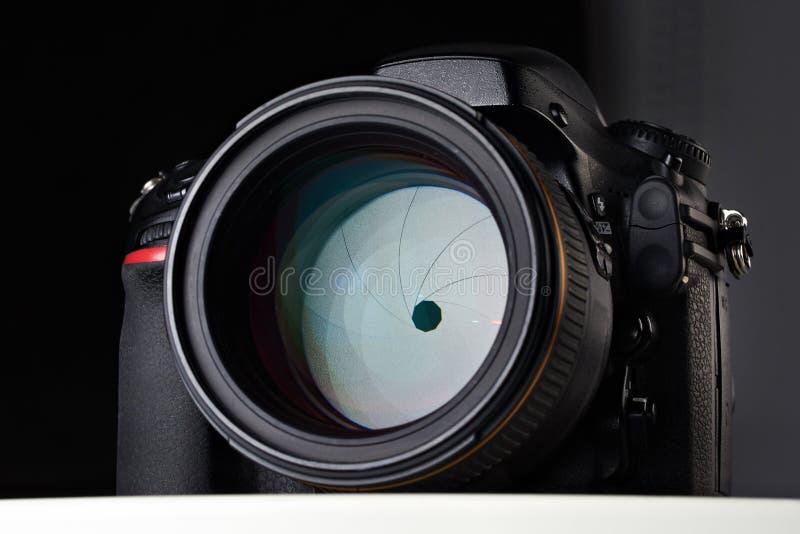 DSLR-kamera med den stora linsen för öppningsförhållande fotografering för bildbyråer