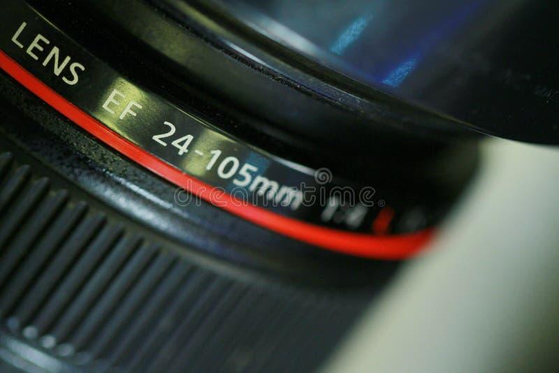 DSLR-Kameraobjektiv, Canon E-F-24-105mm auf einem dunklen Hintergrund stockfotos