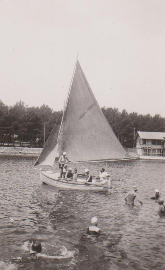 DT00010 CROAZIA, CIGALE navigazione dell'11 giugno 1931 e la gente di bagno immagine stock libera da diritti
