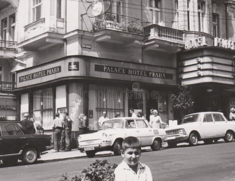 DT000040 CZECHIA Praha CERCA do ` 1960 s - palácio do hotel - cena da rua imagem de stock royalty free