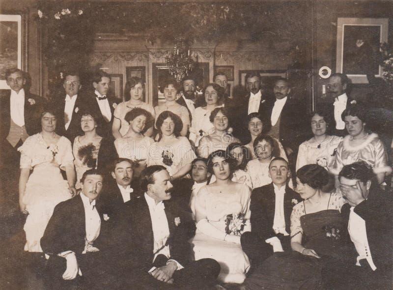 DT00002 de Uitstekende Foto van HONGARIJE CIRCA 1910 - de Slaapdames - Balfoto - Jonge Dames en Jonge Mensen royalty-vrije stock afbeelding