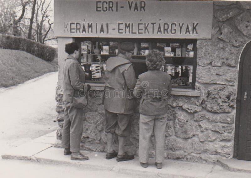 DT00007 UNGERN, EGER CIRCA 1960 - samkvämmen Hisotry - tappningfoto - slotten av den keramiska souvenir för Eger ` s shoppar royaltyfria bilder