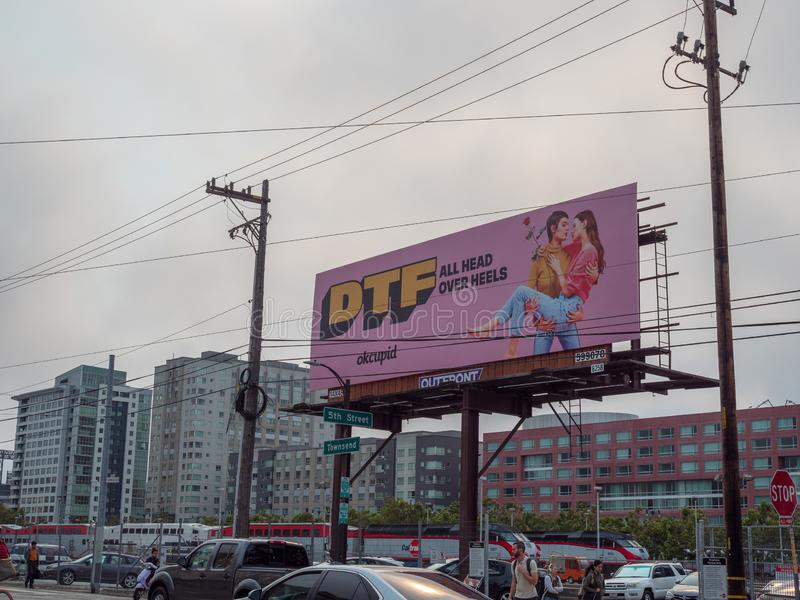 DTF unten, zum Hals über Kopf zu fallen on-line-Datierungsanschlagtafelanzeige OkCupid stockfotos