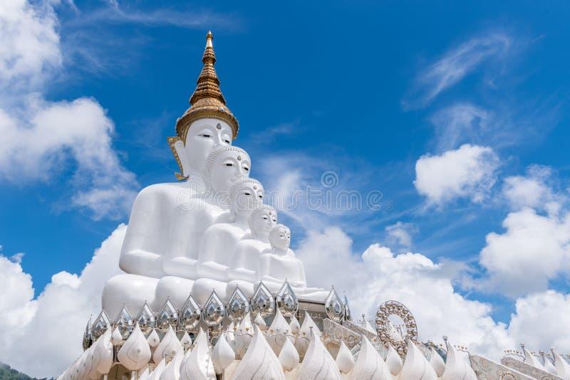 Duża Biała Buddha statua przy Wojenną Pha Wkrótce Kaew świątynią na Szklanej falezie fotografia royalty free