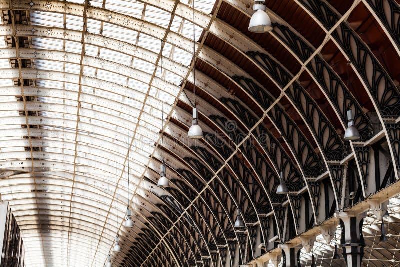 Duży budowy wnętrze z dużym żelaznym owalnym sufitem Miejsce publiczne z pięknym wnętrzem fotografia stock