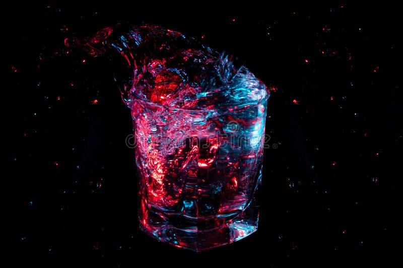 Duży kolorowy pluśnięcie od skały szklane na czarnym tle obrazy royalty free