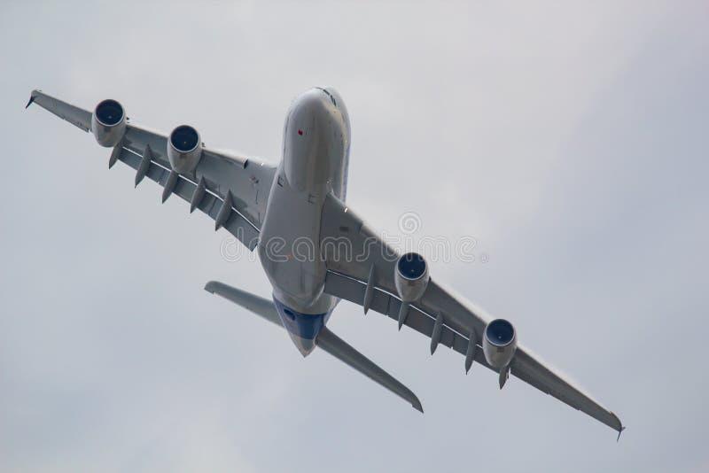 Duży samolot w niebie zdjęcie royalty free