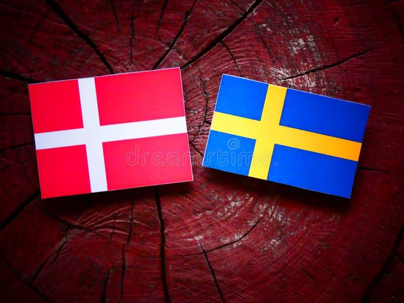 Duńska flaga z szwedami zaznacza na drzewnym fiszorku obraz stock