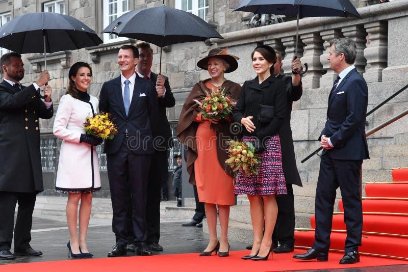 DUŃSKA rodzina królewska PRZYJEŻDŻA PRZY parlamentu otwarciem zdjęcie royalty free
