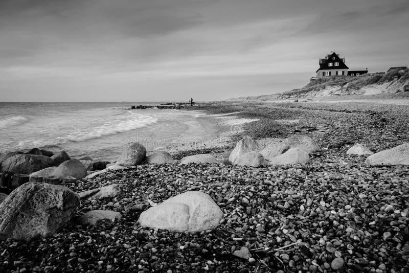 Duński wybrzeże - dom na plażowym (BW) obrazy royalty free
