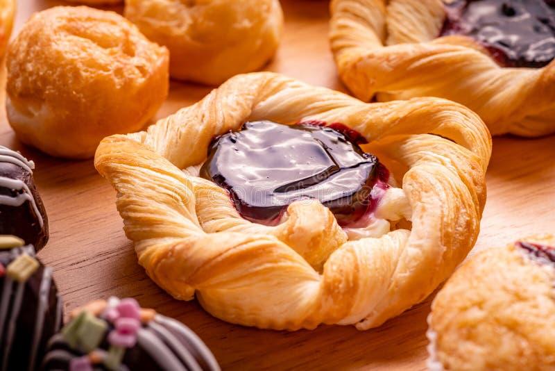 duńskie ciasto polewy z czarna jagoda dżemem i wiele typ piekarnia zdjęcie stock