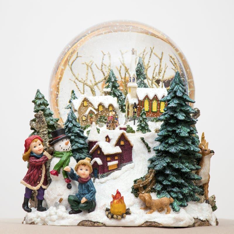 duża śnieżna kula ziemska w zima domu, childs, pies zdjęcia royalty free