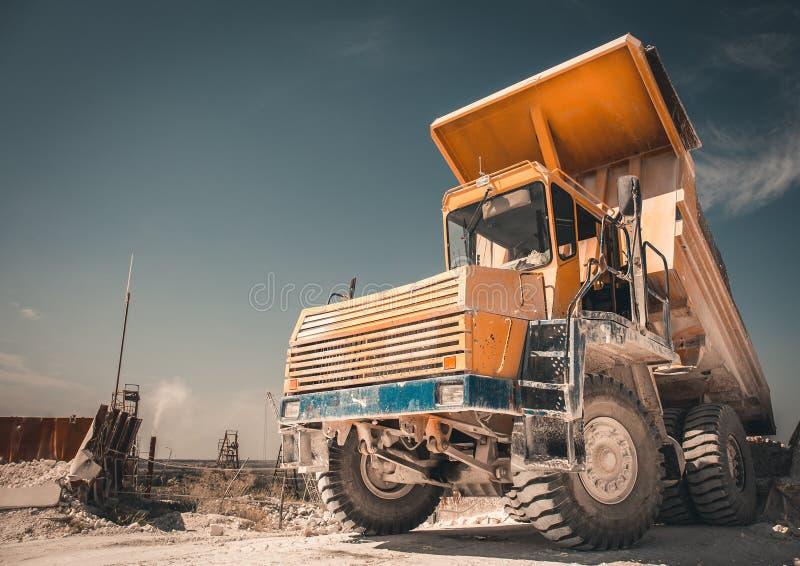 Duża Żółta kopalnictwo ciężarówka pracuje w łupie jako Przemysłowy tło, kopii przestrzeń dla teksta zdjęcie stock