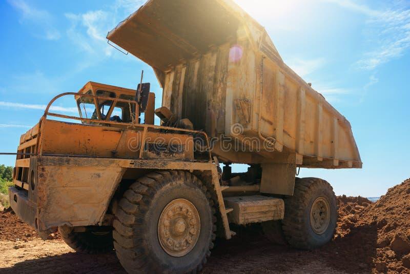 Duża żółta kopalnictwo ciężarówka przy łupem przy niebieskiego nieba tłem obrazy stock