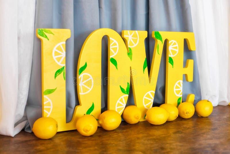 Duża żółta słowo miłość i świeże cytryny fotografia stock