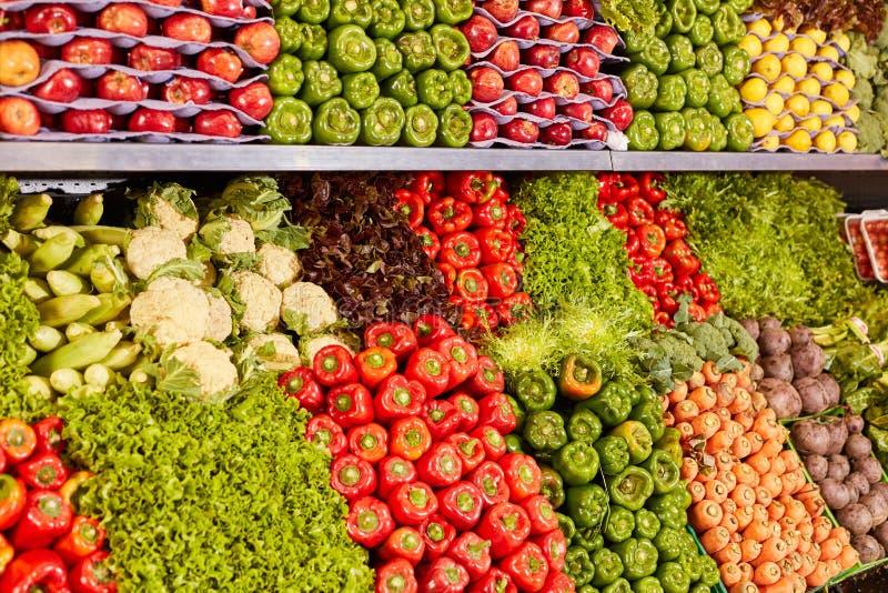 Duża asortyment warzyw w supermarkecie zdjęcia royalty free
