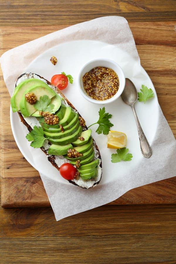 Duża avocado kanapka z serem fotografia stock
