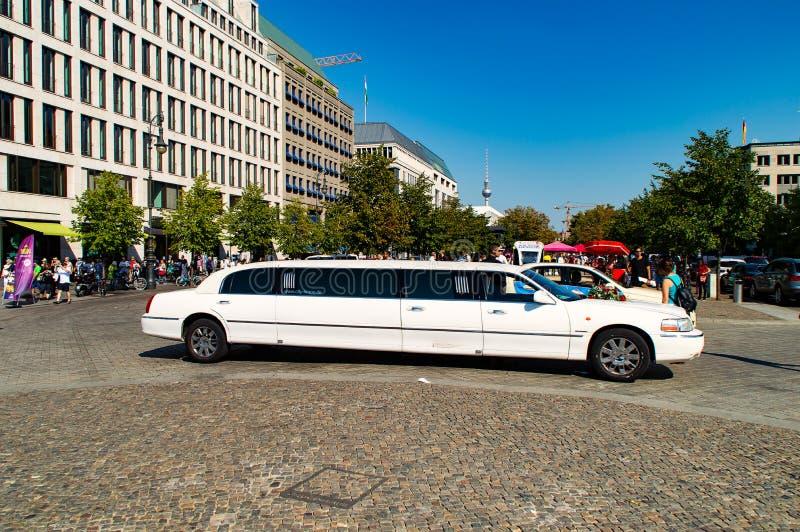 Duża biała limuzyna fotografia stock