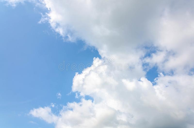Duża chmura z niebieskim niebem fotografia royalty free