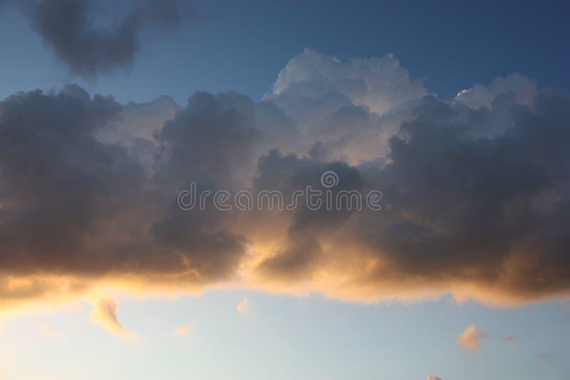 Duża chmura z pogodnym kursowym tłem zdjęcia royalty free
