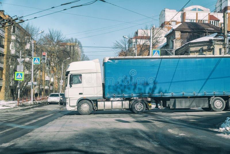 Duża ciężarówka przy rozdrożami fotografia royalty free