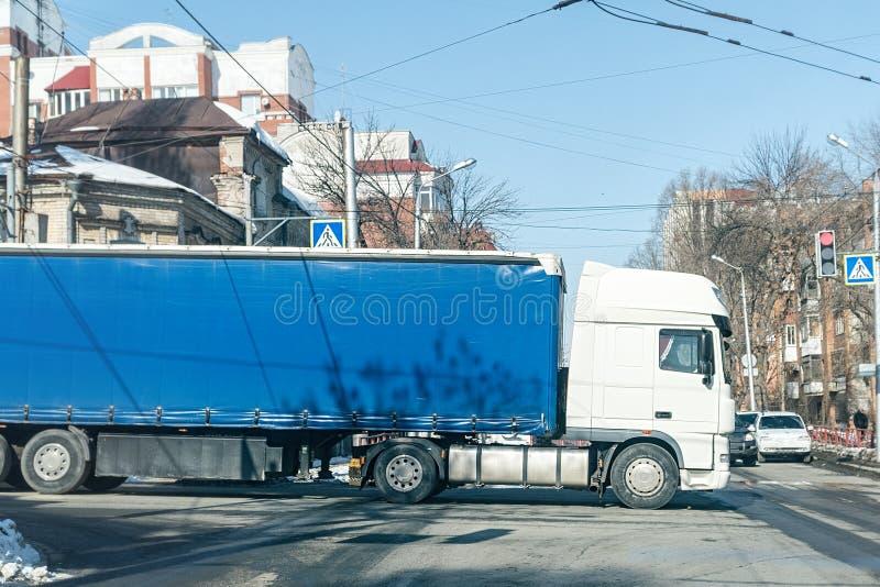 Duża ciężarówka przy rozdrożami fotografia stock