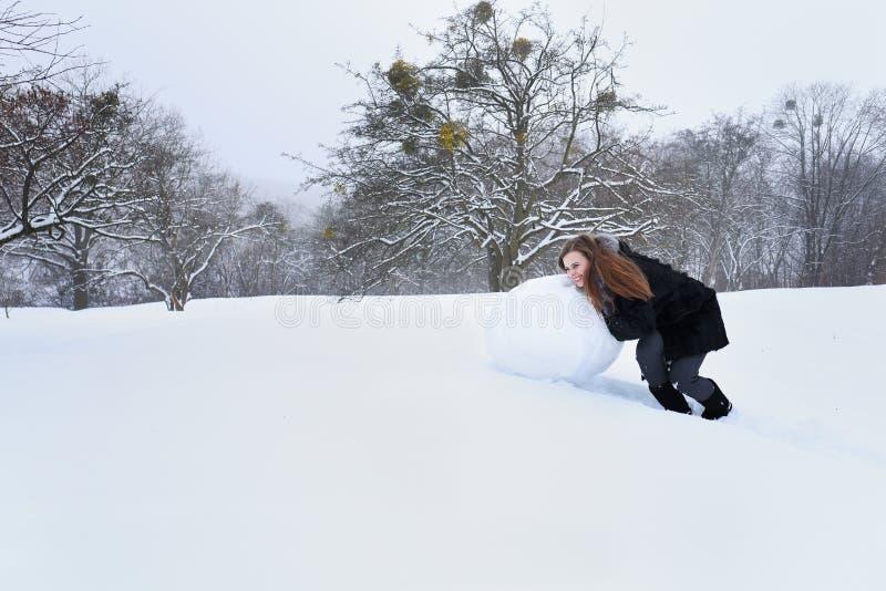 Duża ciężkiego śniegu piłka obraz royalty free